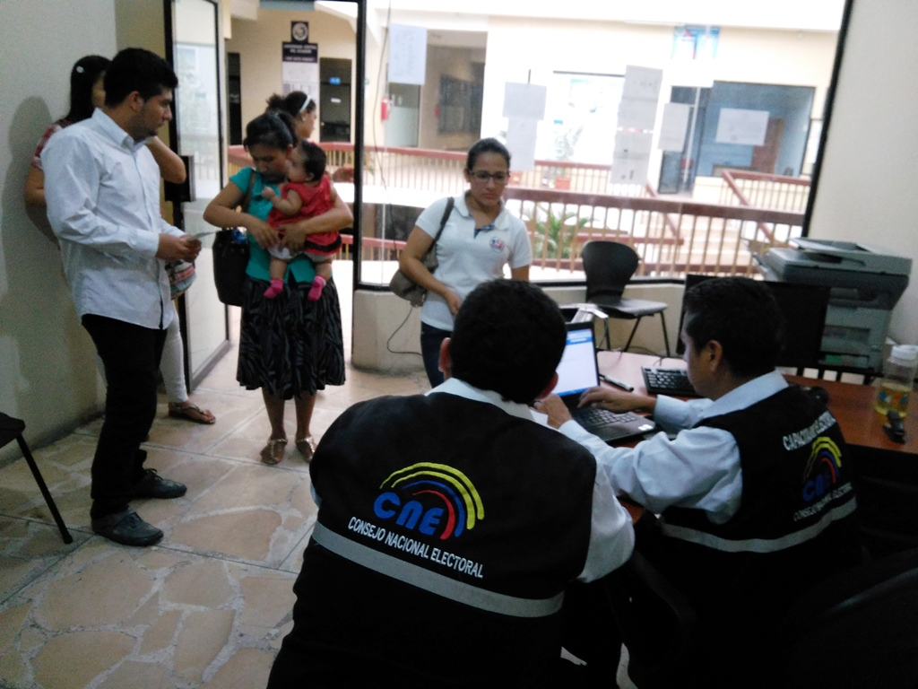 REPRESENTANTES DEL CNE RECIBIENDO DOCUMENTOS DE CIUDADANÍA DE ESTUDIANTES MJRV