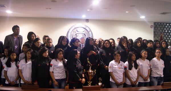 Integrantes del equipo femenino LDU-A recibieron homenaje